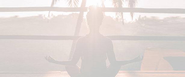 жена в йога поза демонстрира телесен и душевен баланс